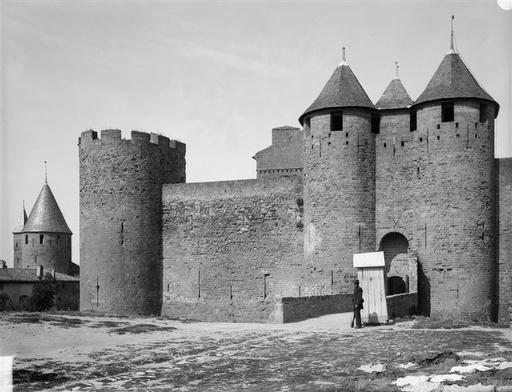 La Tour St Paul surnommée Tour Malpel,à gauche de l'entrée du château comtal