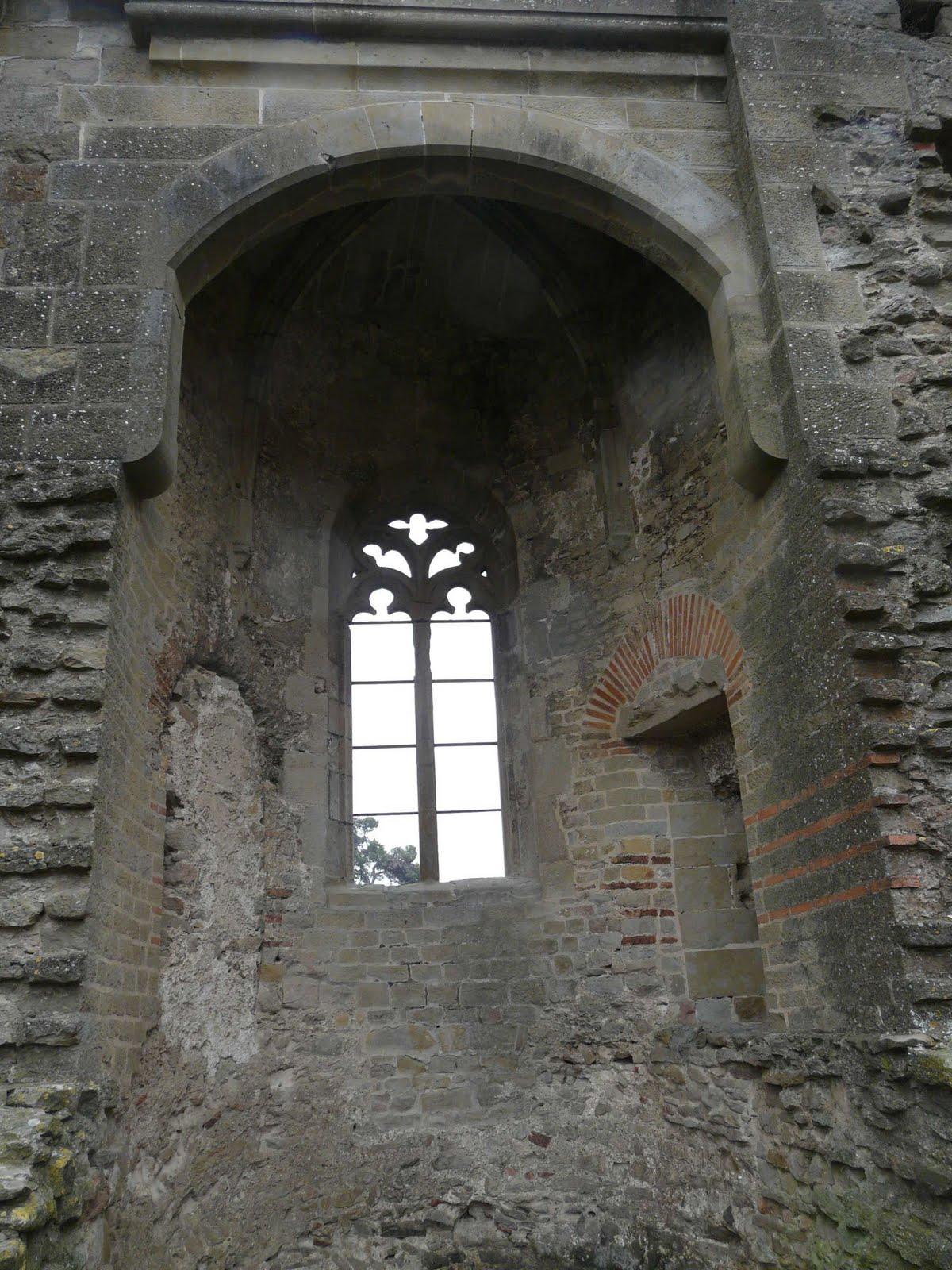 Une fenêtre : tout ce qu'il reste de l'église Saint-Sernin après la révolution